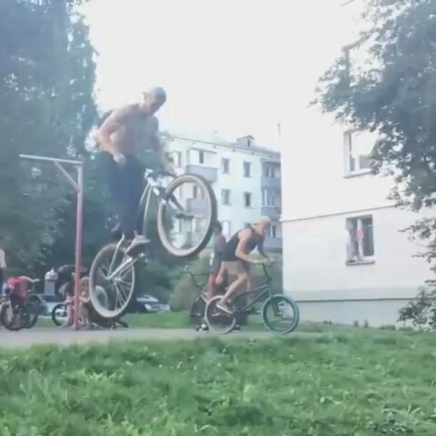 Minsk mafia with Max Redman yo! @max_redman27 – Some movemets from Minsk🔥🔥🔥!Let's get it @pridestreet @dklimat @dimkabmx_ #pridestreet #MTB #mtb26 #ridemtb #tricks #tailwhip #barspin #helicopter #bmx #suka #go #video #suicide #nohands #lilpump #dirt @therisedotcom @dirtjumpturkey @plussizebmx – #psbikes #mainframe