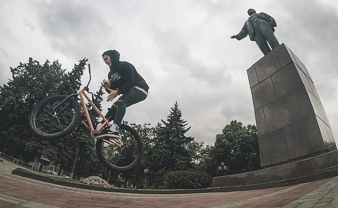 Autumn time, sweet picture from Serj Matt  @serj_matt –  Осень здесь 🍂  Любимое время года🖤 @pridestreet @vvcforce  @ciay #gopro #pridestreet #psbikes #psmainframe #pink #pinkcolor #style #autumn #mytischi #russia #lenin #bar #barspin #vvcforce #ca #ciay #cashop #tricks #steez #style #mtb #mtb26 #mtbstreet #mtbpower #bikestagram #goprohero3 #composition #moment #bicycle