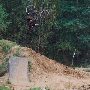 Fresh moves from Gosha @georgiyvikulov -  I don't know what is name of this trick, but I like it😍🔥 📸 @andreykotphoto  #vvcforce  #starkbikes  #velomarketcska #fox36  #pridestreet #mtbdirt #mtb #dirt #trick #roll #fun #extreme #forest #autumn #backflip #rotation