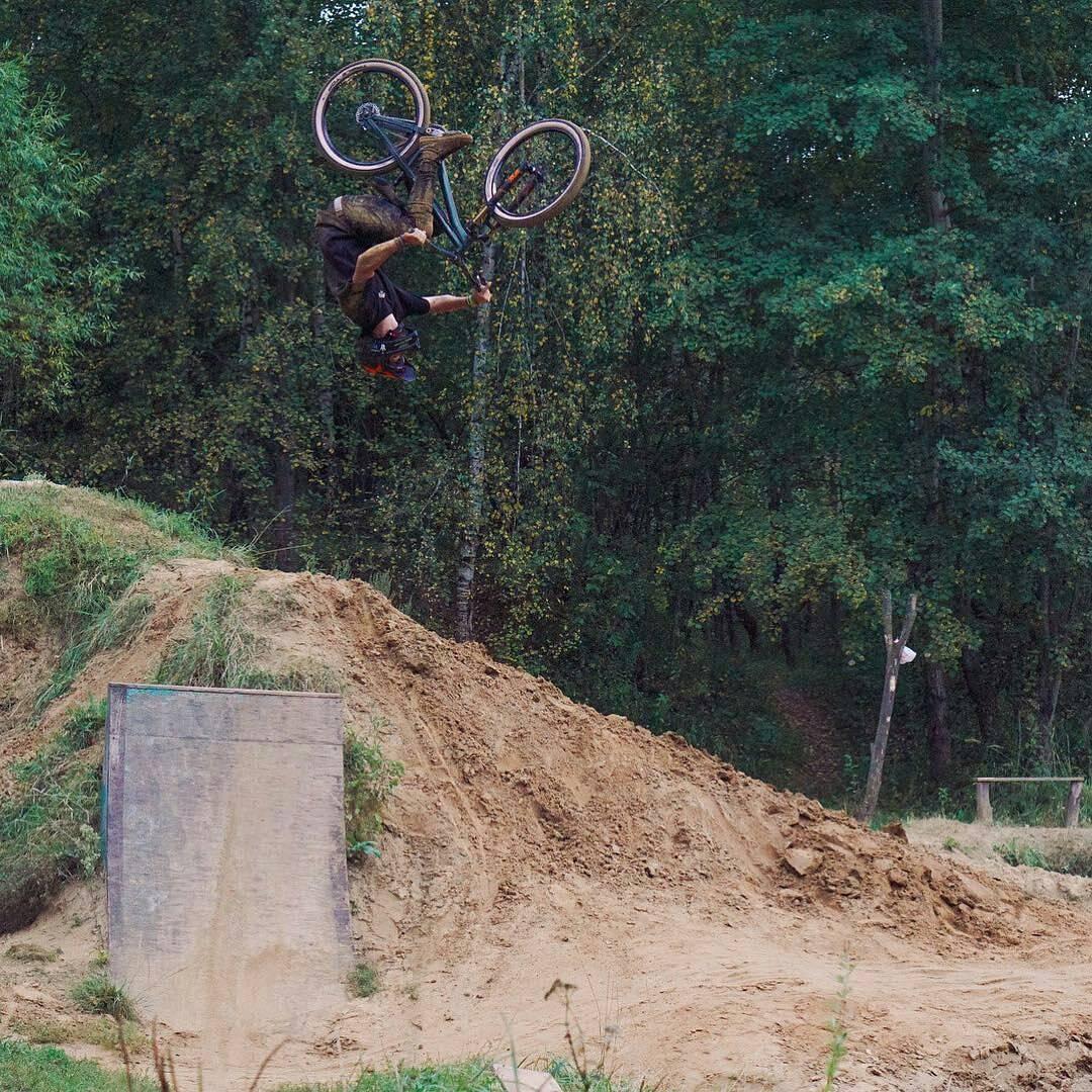 Fresh moves from Gosha @georgiyvikulov –  I don't know what is name of this trick, but I like it😍🔥 📸 @andreykotphoto  #vvcforce  #starkbikes  #velomarketcska #fox36  #pridestreet #mtbdirt #mtb #dirt #trick #roll #fun #extreme #forest #autumn #backflip #rotation