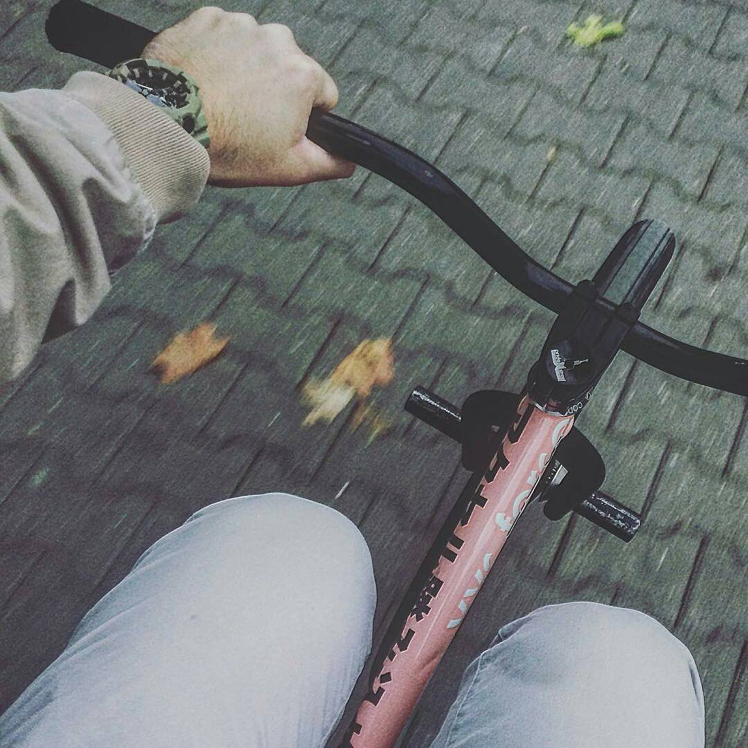 Autumn uff from @serj_matt –  Что-то захолодало🍂 #pridestreet #psbikes #psmainframe #psatlas #clean #style #riders  #mtbstreet #mtb26 #mtbpower #mtbgrind #4pegs #street #moscow #russia #ciay #ca #vvcforce #autumn #shot #cold #weather #pink