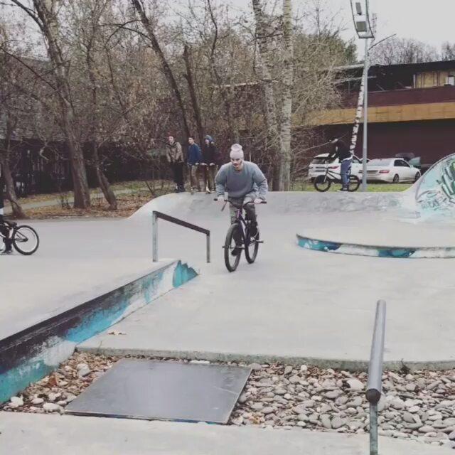 Moves from Serj Matt @serj_matt –  Выбрался,наконец, раскатить с @sergey_kokarev 👴🏿 #pridestreet #psbikes #psmainframe #psatlas #mtb #mtbstreet #mtbpower #mountainbike #bike #bikestagram #plaza #autumn #moscow #russia #skill #balance #style #steez #vvc #vvcforce #ca #cashop #ciay #cold #street #mtbgrind #4pegs #mainframepro