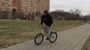 Local hood moves  from @elnur101 -  Какие-то странные движения @pridestreet @kutikataico #pridestreet #kutikataico #mtb #bike #bmx #mainframepro #mountainbike #yo #barspin #freecoaster - #psbikes