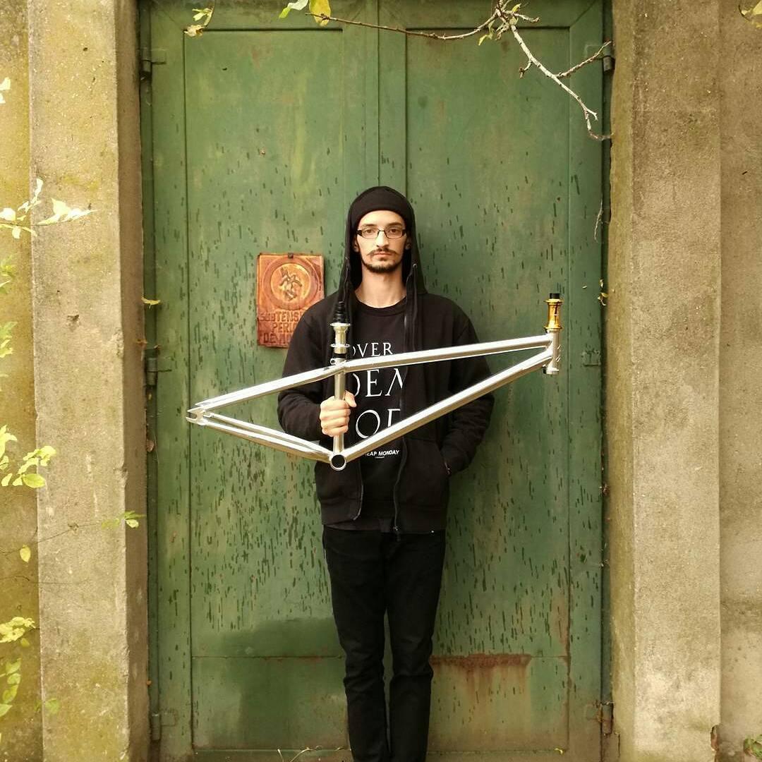 Yoyo the winner Young Blood jam Andrei @doman.andrei – with his new Frame set from Pride Street PRO line 🔥🔥 #mainframe #monohub #psswag #chrome #gold #autumn🍁 #pridestreet #mtbstreet #mtblife #mtbpower #etnies @bikedistrict – #psbikes